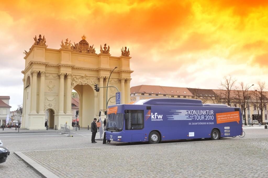 So schön steht der KfW-Bus in Stuttgart bestimmt nicht. Wer bauen oder sanierren will, sollte sich dennoch die Zeit nehmen, um sich zu informieren. (Foto Bildarchiv KfW)