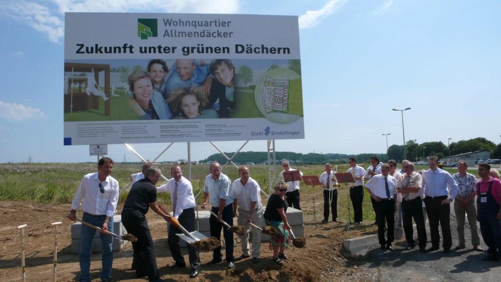 Und los gehts: Spatenstich durch die lokale Polit-Prominzen für den 1. Bauabschnitt der Allemendäcker im Sindelfinger Ortsteil Maichingen.
