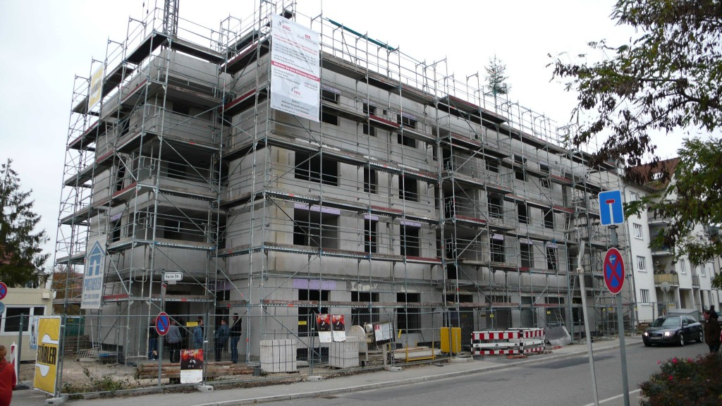 Blick von der Talstraße auf die Front des Neubaus, die entlang der Kurzen Straße verläuft.