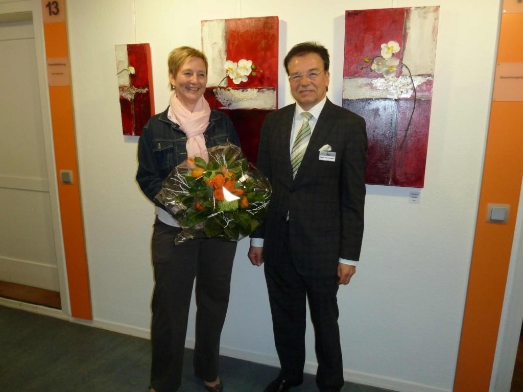 Kunst macht sichtbar glücklich: Jutta Leonhardt und BBG Geschäftsführer Hans Heinzmann freuen sich über eine gut besuchte Vernissage. (Foto Elfi Schenker)
