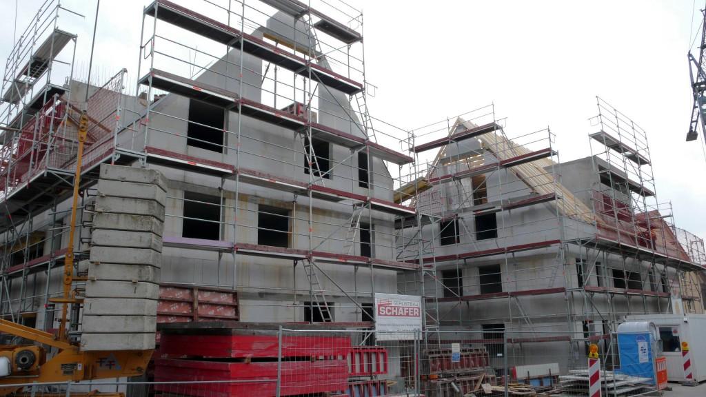 Fügen sich harmonisch in das bestehende Baubild ein: die beiden BBG-Neubauten in der Altdorfer Ortsmitte (Foto Matthias Hoffmann)